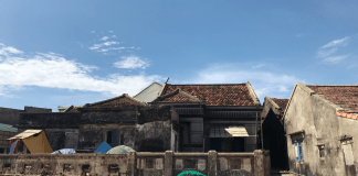 Những ngôi nhà cổ xưa nép mình bên biển tại xã Nhơn Lý
