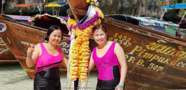 2 mẹ và thuyền gỗ ở Maya Bay