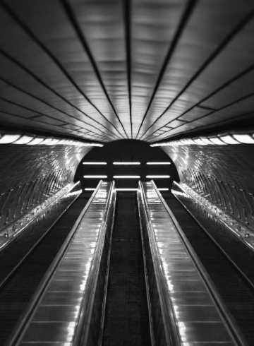 Lucien Chardon dans un tunnel de train