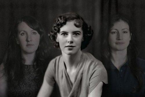 Fotomontage met Molly tussen de zusjes Unthank