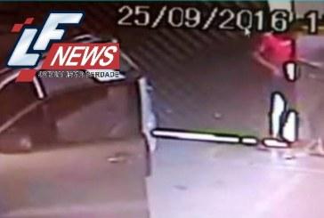 Homem tenta sequestrar mulher dentro de garagem e acaba imprensado no portão