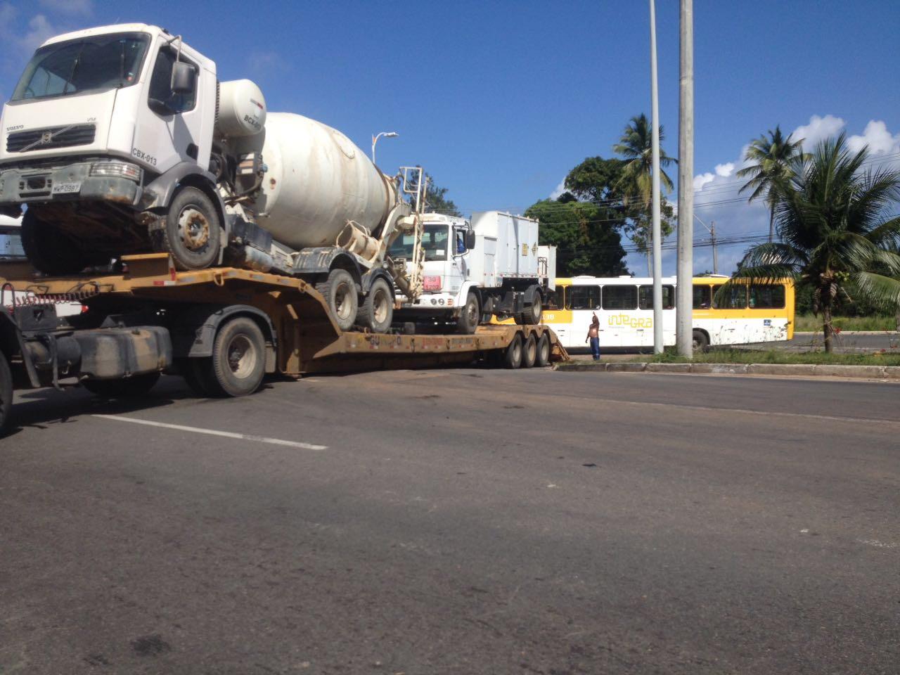 Enorme caminhão prancha travou a Estrada do Coco
