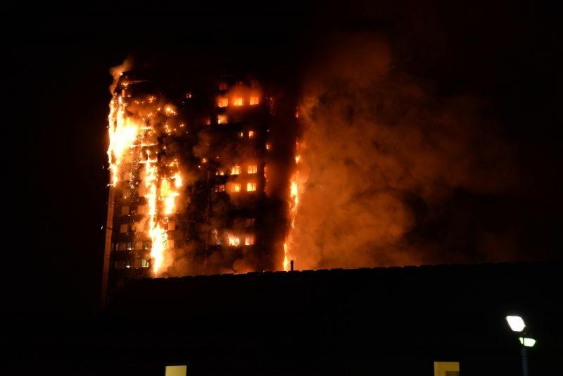 Grande incêndio atinge prédio residencial e deixa mortos em Londres