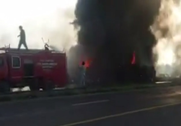 Caminhão-tanque explode em estrada e deixa 123 mortos
