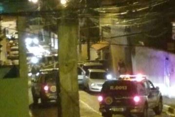 Homem morre em confronto com a Polícia no Centro de Lauro de Freitas. Dois conseguem fugir