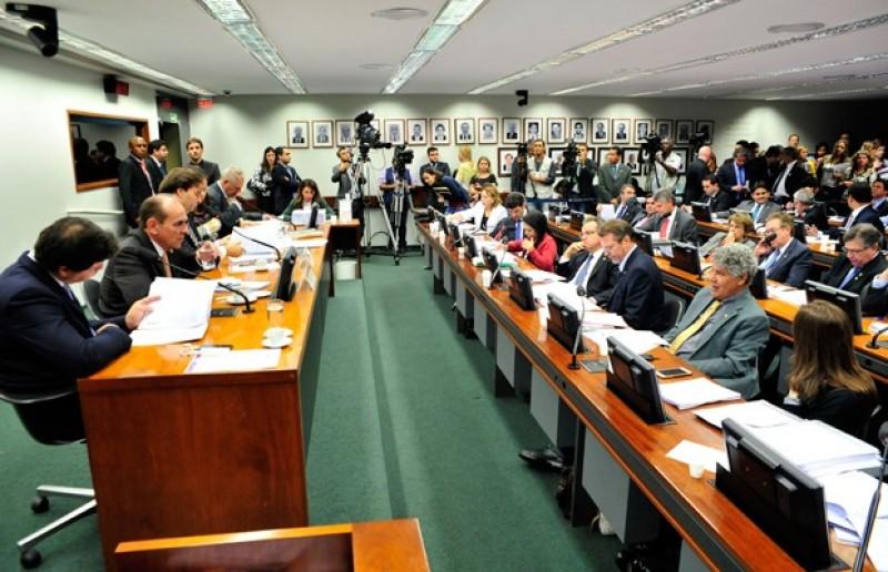 Líderes partidários tentam acordo para votar reforma política até amanhã