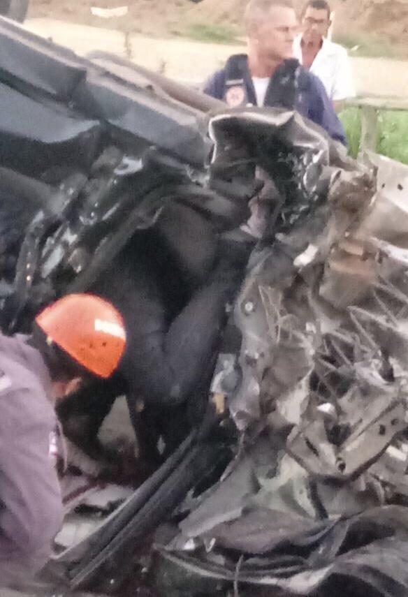 Acidente deixa homem gravemente ferido na Estrada do Coco; veja vídeo de como ficou o carro