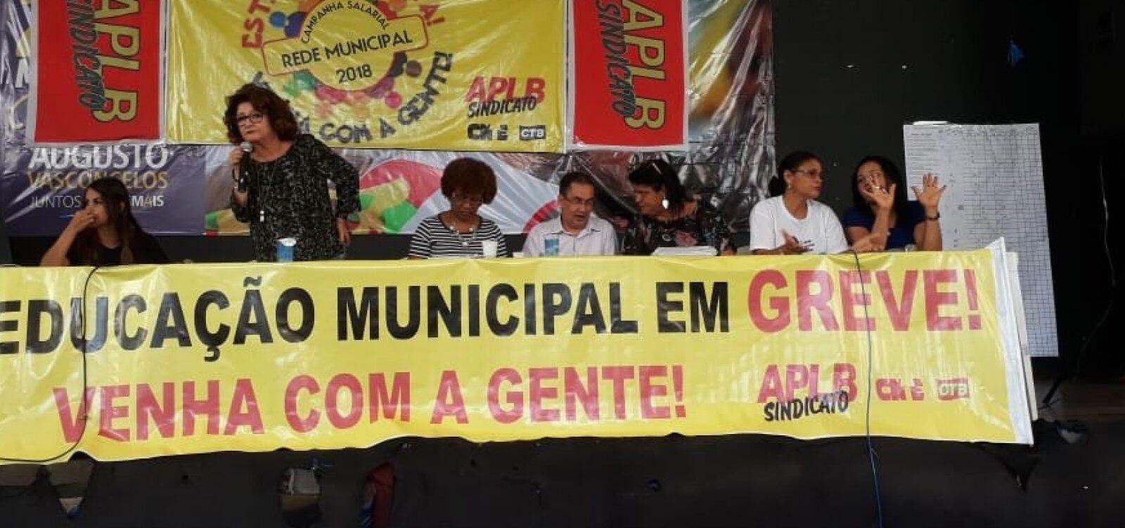 Professores da rede municipal de Salvador aprovam continuação de greve