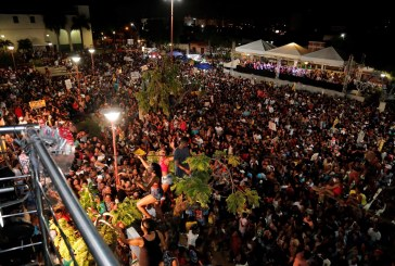 Leo Santana e Denny levam multidão à Praça da Matriz no aniversário de Lauro de Freitas