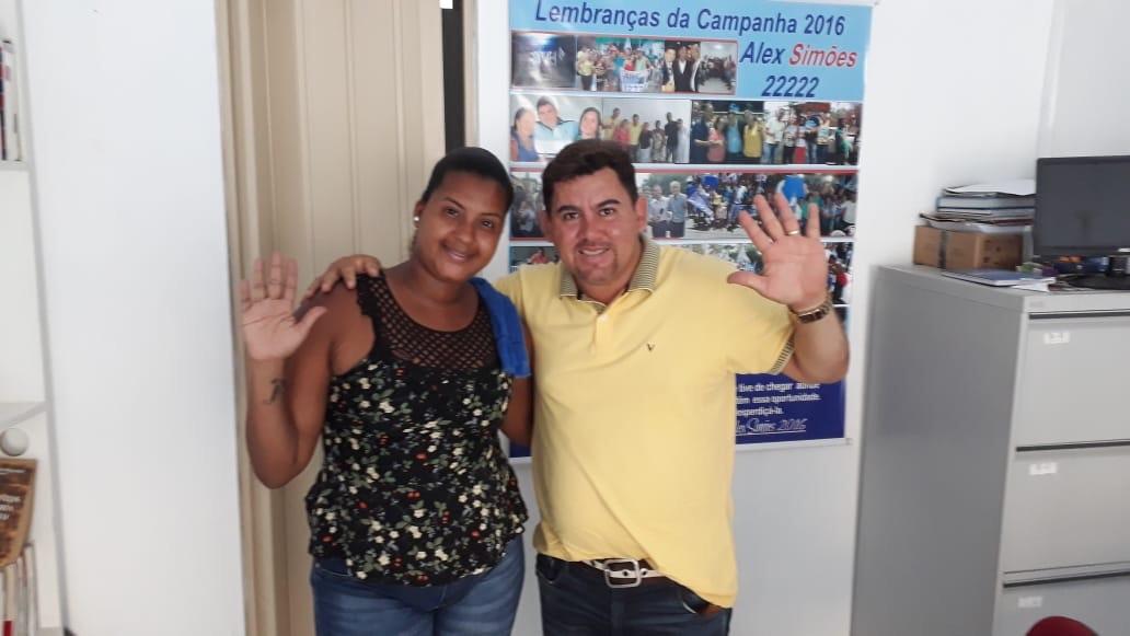 Alex Simões atendendo a comunidade nesta quinta-feira