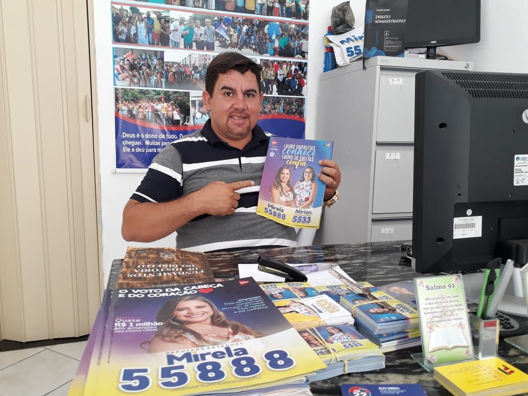 Alex Simões atendendo a comunidade nesta segunda-feira