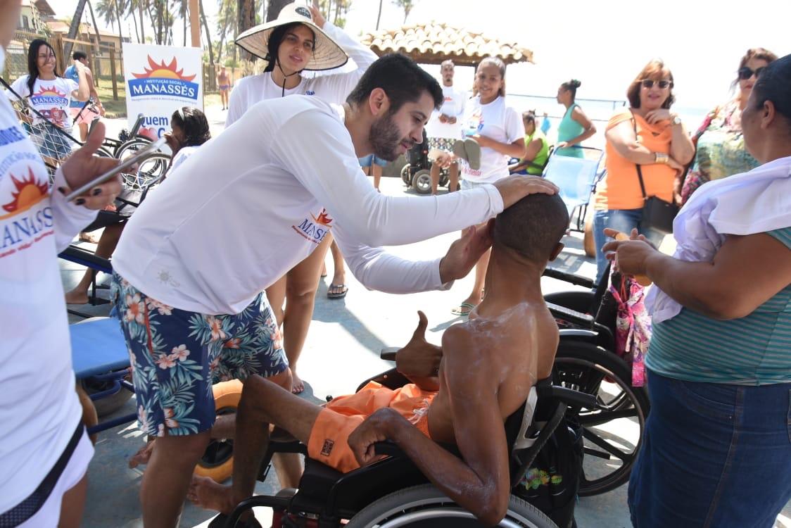 Manassés leva muita diversão e inclusão para deficientes físicos na praia de Villas do Atlântico