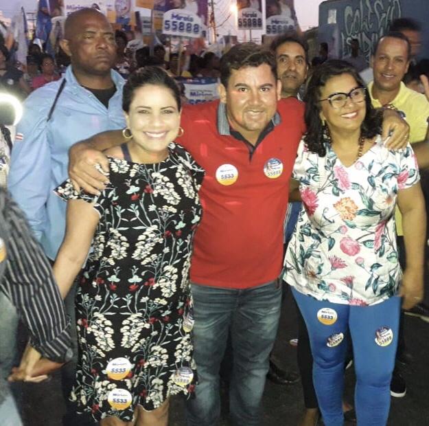 Mirela e Mirian arrastam uma multidão em caminhada no bairro de Portão