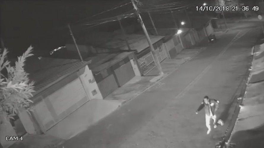 Vídeo: suspeito de assaltar pizzaria é atropelado e espancado com chutes na cabeça