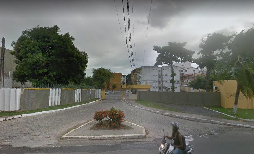 Homens invadem condomínio, matam morador e põem fogo em apartamento no Imbuí