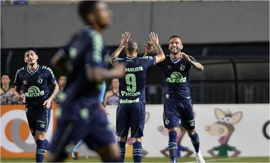 Chapecoense bate Santos, respira na tabela e 'afunda' Vitória na Zona de Rebaixamento