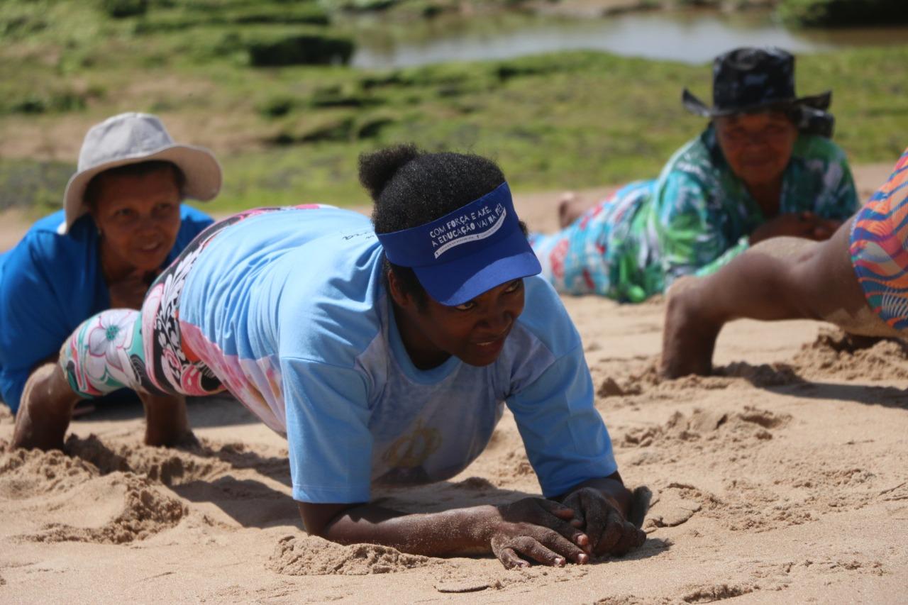 BCS de Itinga: alunos do projeto 'Vida Leve' participam de aulão na praia de Ipitanga