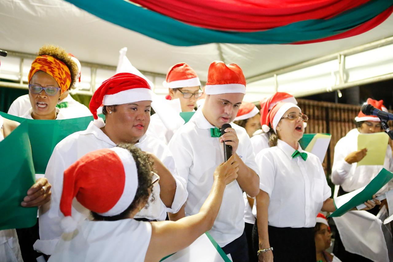 Magia do Natal toma conta da Praça da Matriz na abertura da festa