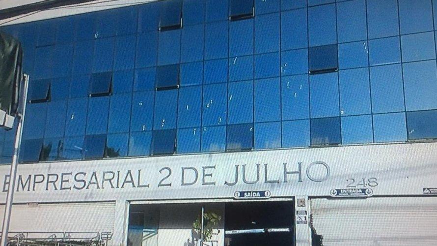 Bandidos tentam explodir caixas eletrônicos em edifício empresarial na Avenida Paralela
