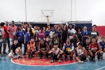 Primeira aula de Escolinha de basquete reúne jovens no Ginásio do Centro