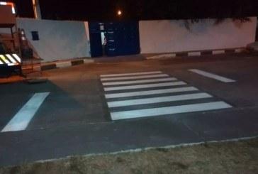 Settop segue pintando as faixas de pedestres das escolas, trabalho será concluído ainda hoje
