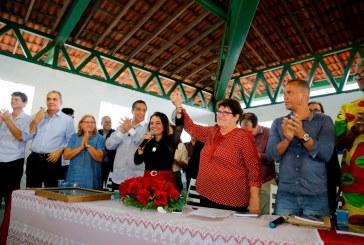Em cerimônia concorrida, Vânia Galvão assume pasta da Educação de Lauro de Freitas