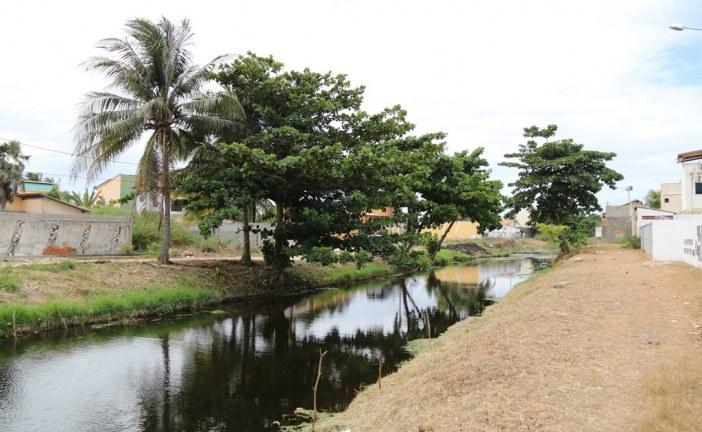 Prefeitura notifica donos de imóveis às margens do rio Sapato e instala posto avançado em Buraquinho