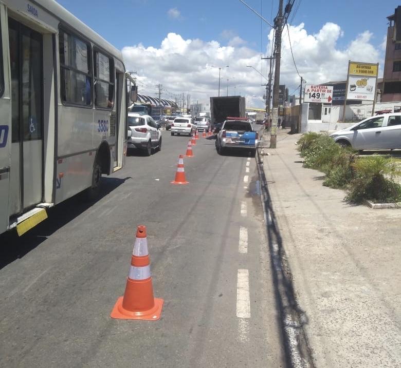 Caminhão fura pneus e deixa trânsito lento na Estrada do Coco; SETTOP está no local