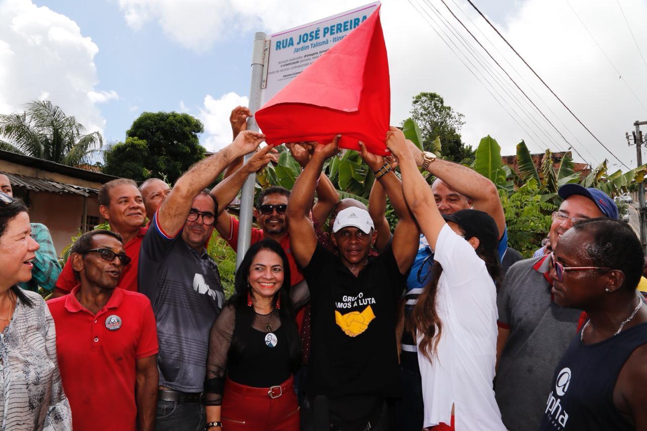 Moradores comemoram entrega das obras de pavimentação e urbanização da Rua José Pereira, na Itinga