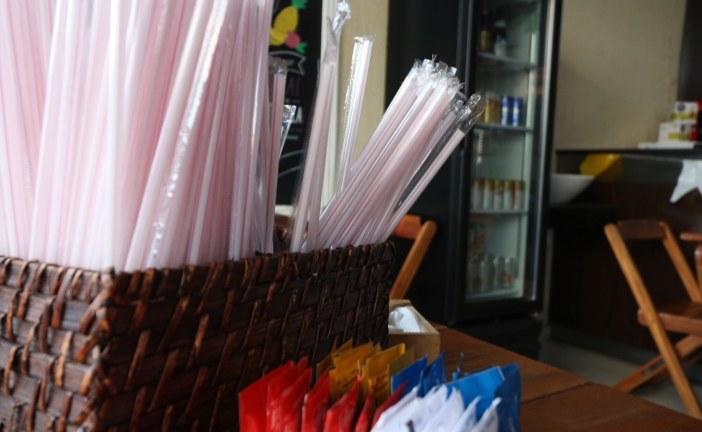 Lauro de Freitas sanciona Lei que proíbe fornecimento de canudos de plástico em estabelecimentos do município
