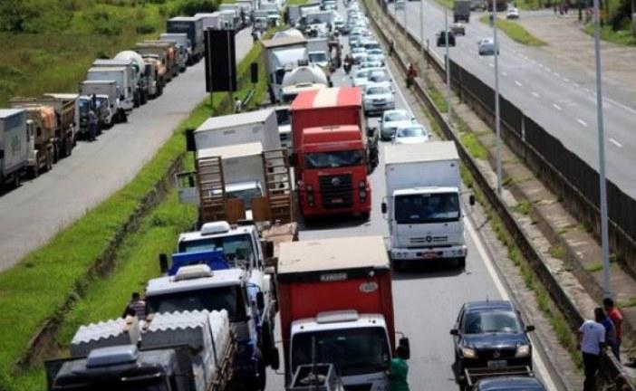 Quase 2 mil caminhoneiros se mobilizam em grupos de WhatsApp por paralisação na segunda (22)