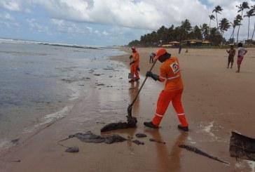 Novas manchas de óleo chegam à praia de Vilas em Lauro de Freitas