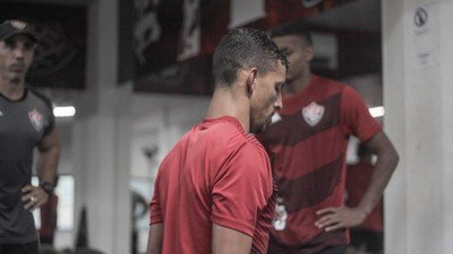 Com dois meses de salários atrasados, jogadores do Vitória não treinam e se reúnem com Paulo Carneiro