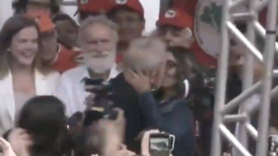 Lula beija a noiva na saída da prisão
