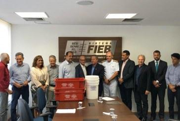 Secretário da Semarh, Alexandre Marques, esteve na FIEB para receber as doações de baldes e caixas plásticas para Lauro de Freitas