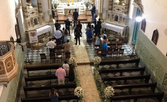 Casamento é alvo de protesto após convidados não usarem máscara em igreja no bairro da Vitória; veja vídeo