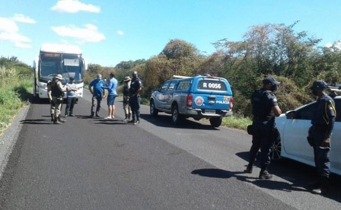 Ônibus de passageiros que saiu de Goiás é impedido de entrar em Bom Jesus da Lapa e volta à origem