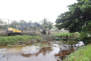 Prefeitura intensifica limpeza do Rio Sapato com retirada de macrófitas