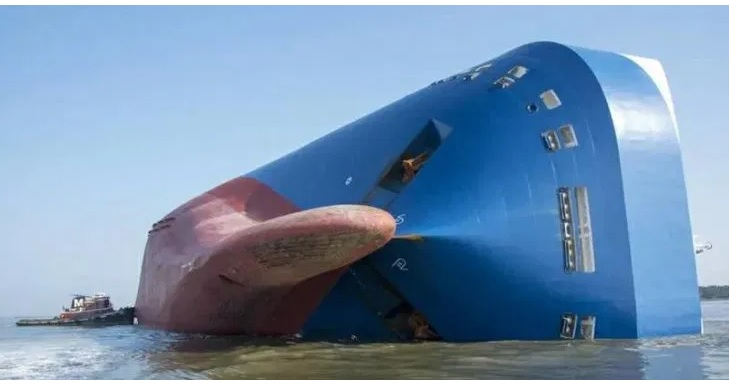 Navio será cortado ao meio com 4.200 carros zero quilômetro dentro