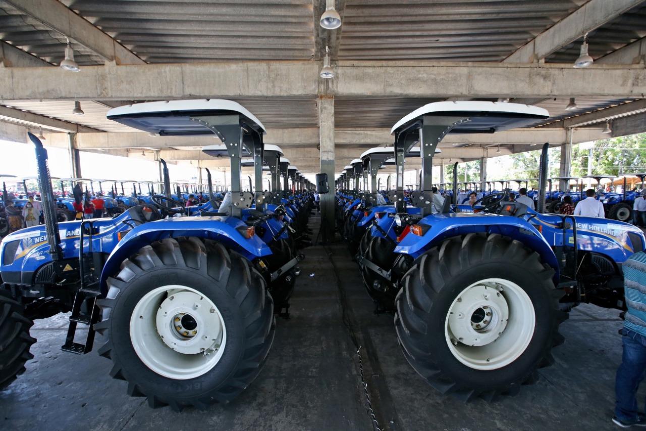 Governo do Estado beneficia agricultores familiares de 91 municípios com entrega de tratores agrícolas