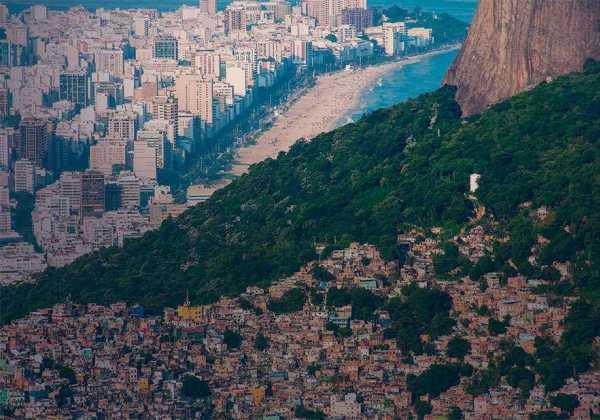 Pesquisa em comunidade do Rio avalia contaminação do coronavírus pelo ar e pelo esgoto