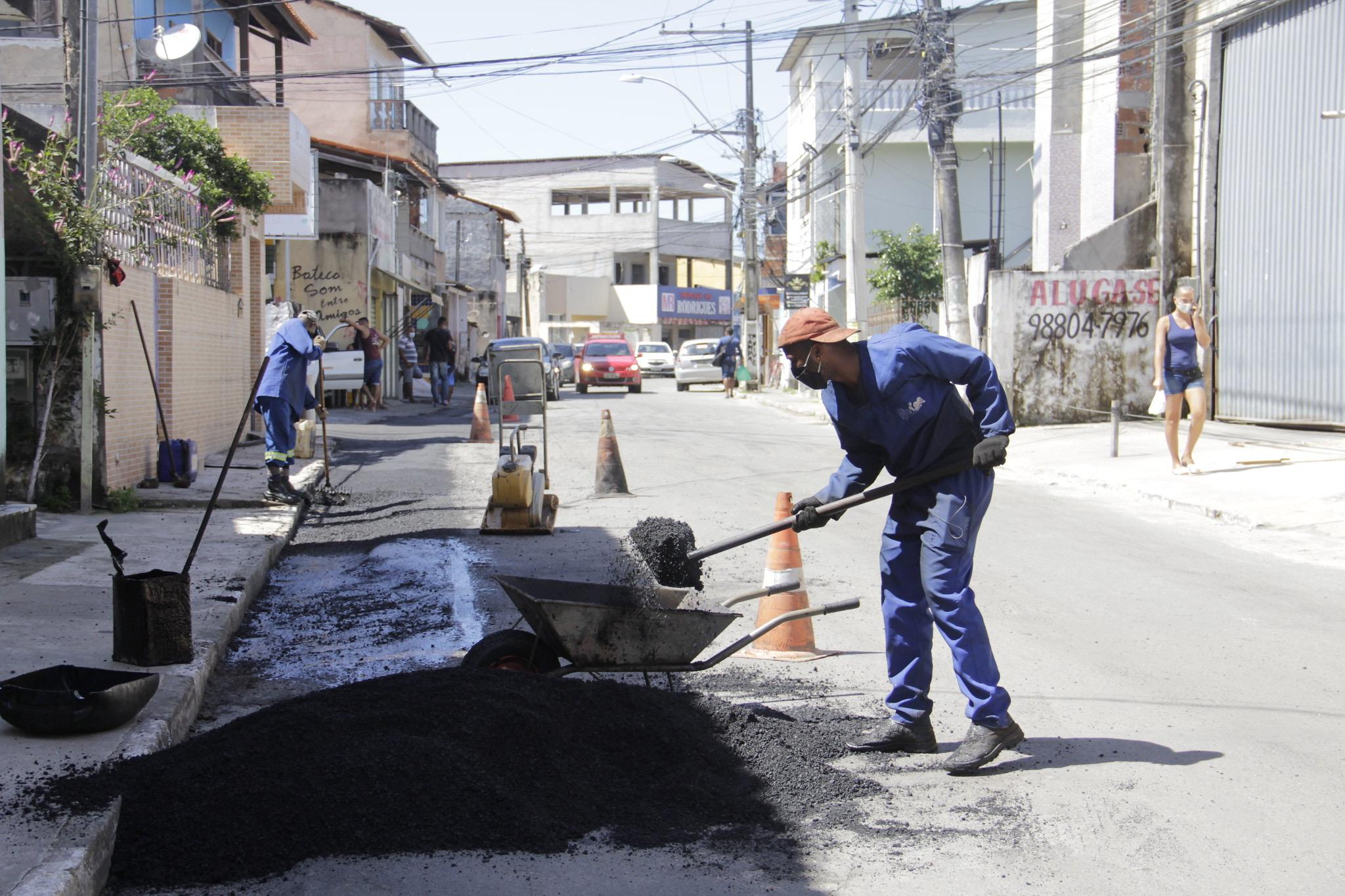 Prefeitura intensificou, neste sábado, ações de tapa buracos e limpeza pública no bairro de Portão