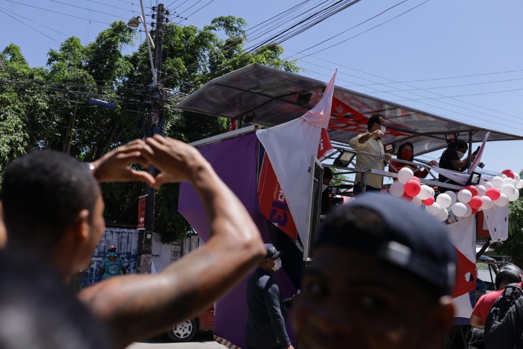Candidata à prefeita Moema Gramacho demonstra força durante primeira carreata em Lauro de Freitas