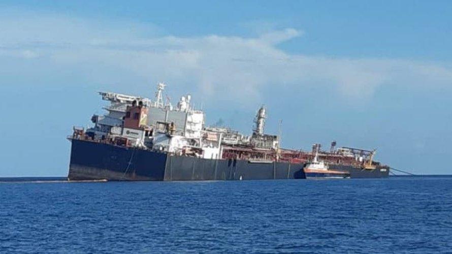 Navio venezuelano com 1,4 milhão de barris de petróleo corre risco de naufragar