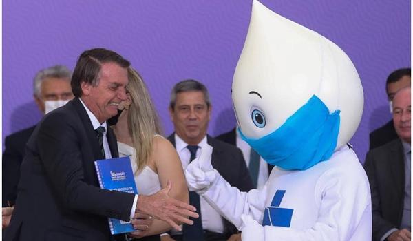 """Zé Gotinha dá """"olé"""" em Bolsonaro e conquista fãs nas redes sociais; veja vídeo"""