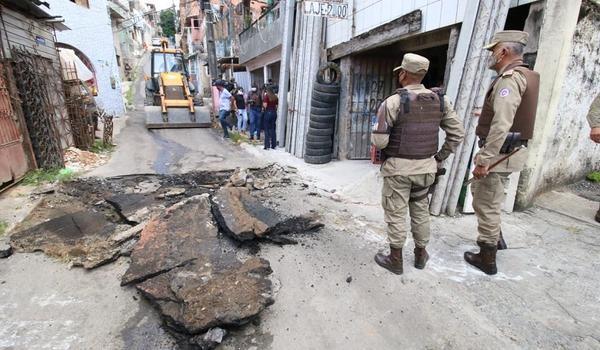 Barricadas colocadas por traficantes do CV para atrapalhar polícia no Nordeste são destruídas por trator