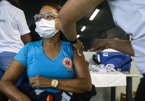 Brasil tem que aumentar vacinação em 11 vezes para conter coronavíus em um ano