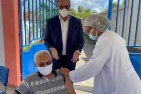 Vacinação dos idosos de 84 anos aconteceu sem filas em Lauro de Freitas. Drive thrus continuam neste sábado para o público de 83