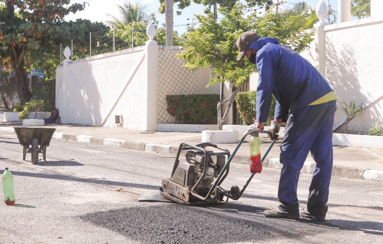 SEINFRA realiza manutenção em ruas de Vilas do Atlântico