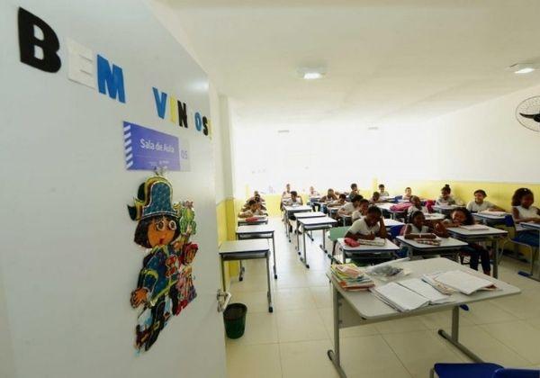Deputados aprovam lei que torna aulas presenciais como essenciais durante a pandemia